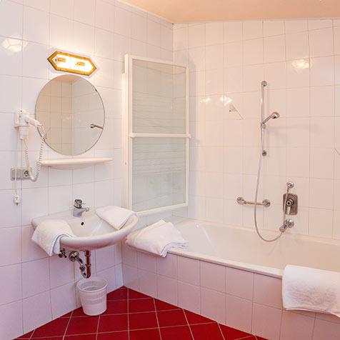 Appartamenti a dobbiaco camping olympia - Maccio capatonda un attimo al bagno ...